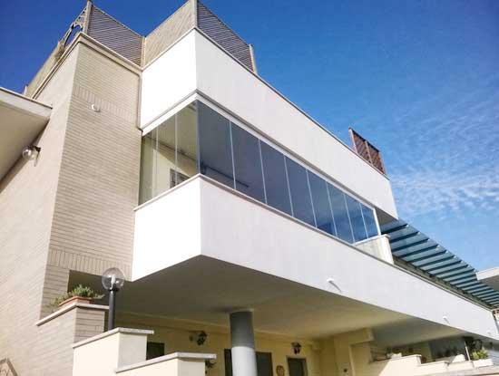 Balcone verandato a Torino. Infissi per verande utilizzati a pannelli di vetro scorrevoli