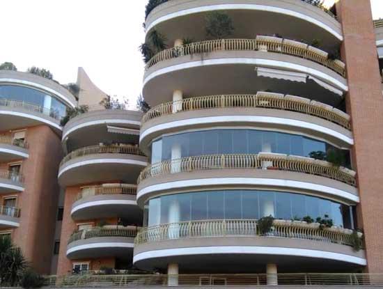 Balcone verandato a Como. Infissi per verande utilizzati a pannelli di vetro