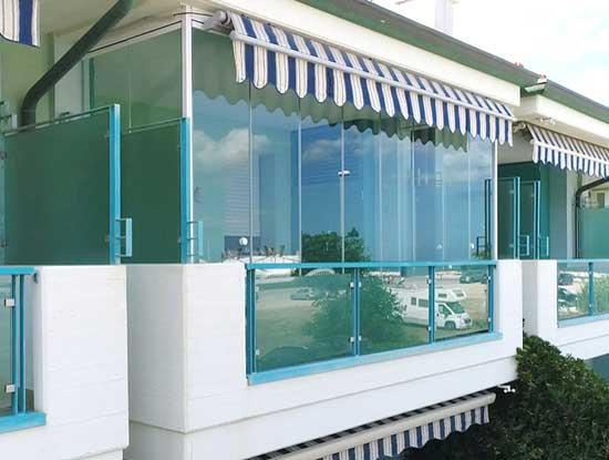 Balcone verandato a Monza. Infissi per verande utilizzati a pannelli di vetro con profili trasparenti