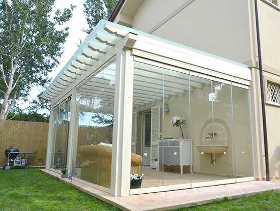 Pergola ingresso casa indipendente a Torino chiusa con vetrate e profili bianchi in PVC