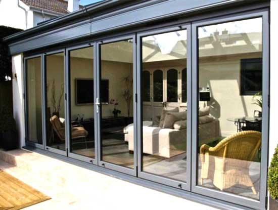 Pergolato a Lecco chiuso con dei pannelli in vetro scorrevoli adibito a soggiorno