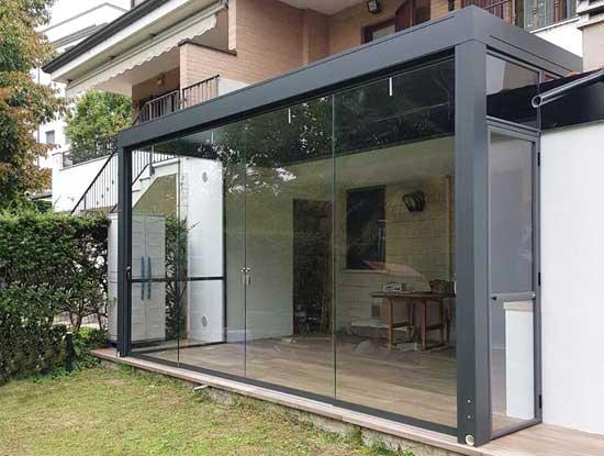 Pergolato a Pavia chiuso con dei pannelli in vetro scorrevoli