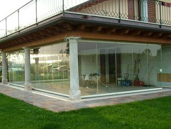 Pergolato a Varese chiuso con dei pannelli in vetro scorrevoli