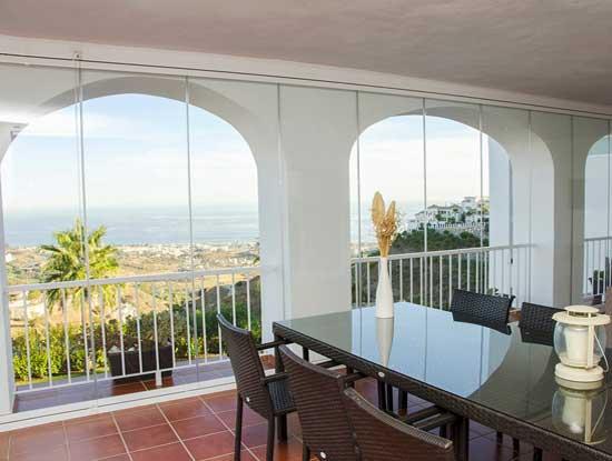 Copertura completa di un terrazzo di una villa a Como grazie a delle vetrate panoramiche scorrevoli