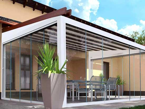 Pergola ingresso casa indipendente a Como chiusa con vetrate bianche in PVC