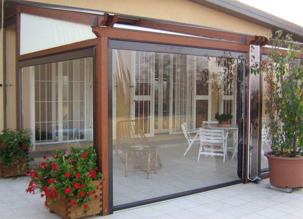 Pergola ingresso casa indipendente a Lecco chiusa con infissi x verande in PVC