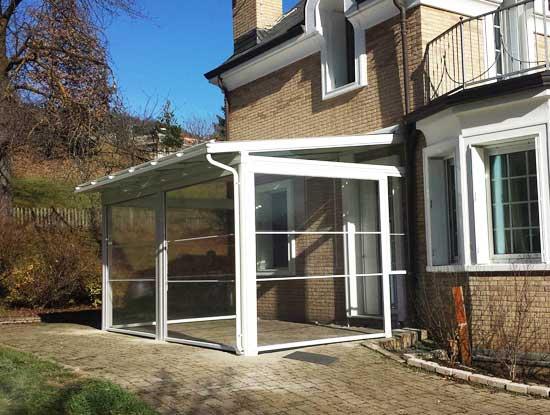 Pergola, ingresso piano terra di casa indipendente a Monza, chiusa con vetrate bianche in PVC