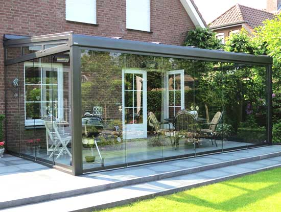Pergola ingresso casa indipendente a Pavia chiusa con vetrate profili trasparenti