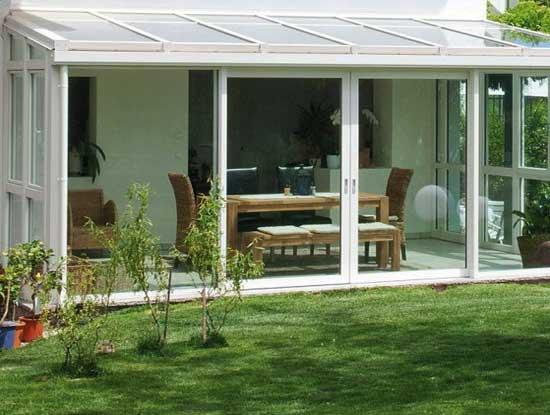 Pergola ingresso casa indipendente a Varese chiusa con vetrate bianche in PVC