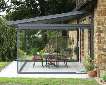 Veranda in alluminio e vetro fronte giardino
