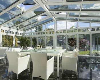 Veranda installata in hotel adibita a zona pranzo