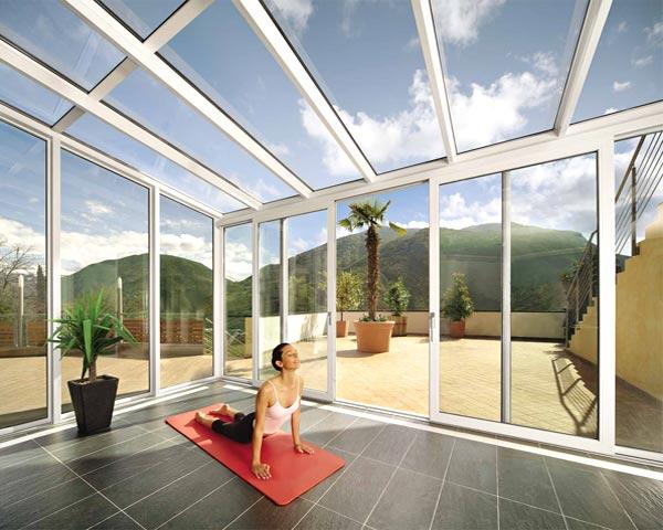 Veranda vetro con profili in PVC bianco adibita a zona relax