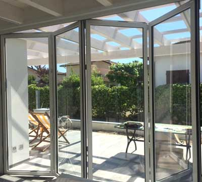 Veranda alluminio vetro chiusura ad impacchettamento a Bergamo