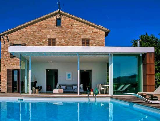 Veranda esterna adiacente piscina in stile moderno appartamento indipendente Cremona