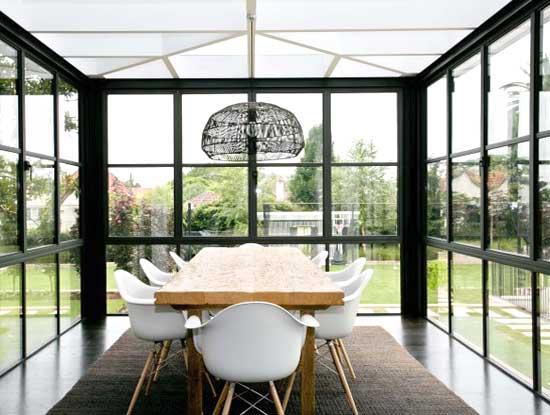 Veranda esterna chiusa con finestre in stile inglese