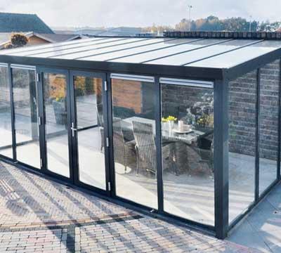 Veranda esterna con serramenti per veranda realizzati in PVC