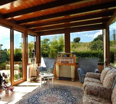 Progetto di una veranda moderna in legno a Varese