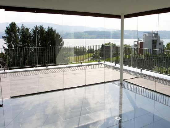Veranda chiusa grazie all'utilizzo di vetrate mobili