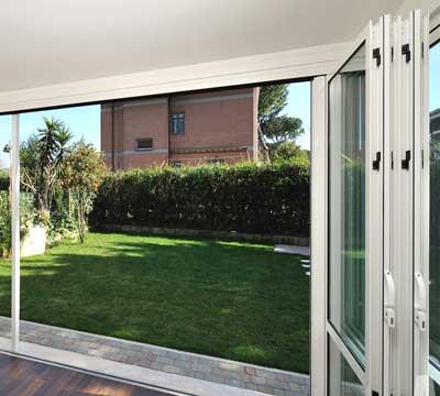 Veranda alluminio vetro chiusura ad impacchettamento a Pavia