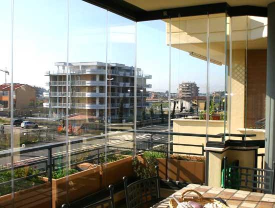 Veranda terrazzo a Como chiusa con vetrate tuttovetro