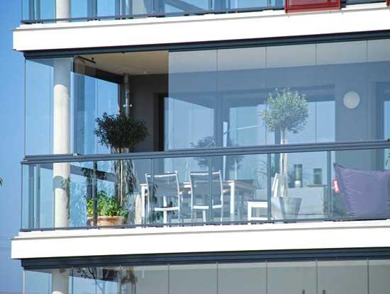 Veranda per  terrazzo a Cremona con vetrate scorrevoli richiudibili a libro