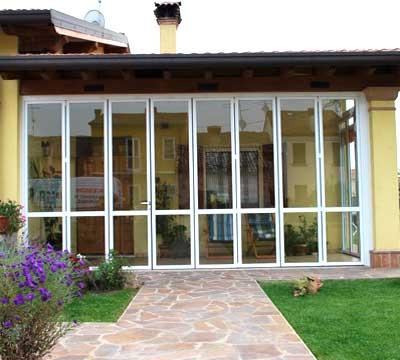 Veranda alluminio vetro chiusura ad impacchettamento a Varese