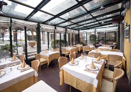 Veranda installata in un hotel adibita a zona pranzo