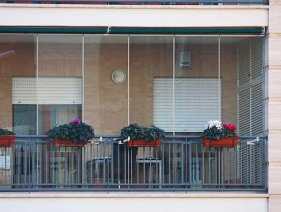Verande amovibili installate in un balcone di un condominio a Cremona