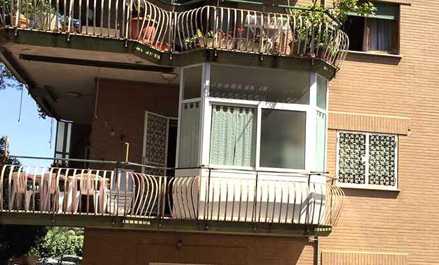 Chiusure balconi struttura in PVC e vetro condominio foto esempio